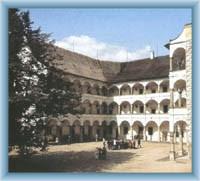 Nádvoří zámku ve Velkých Losinách