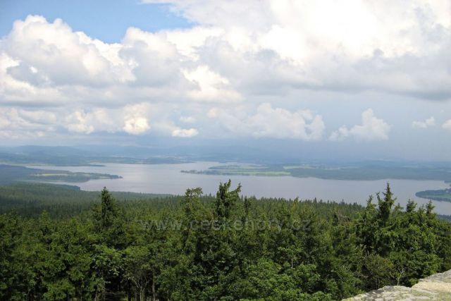Na Lipno míří deštivé mraky - pohled z hradu Vítkův kámen.