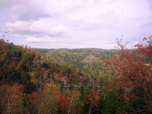 Pohled z vrchu do Bezručova údolí