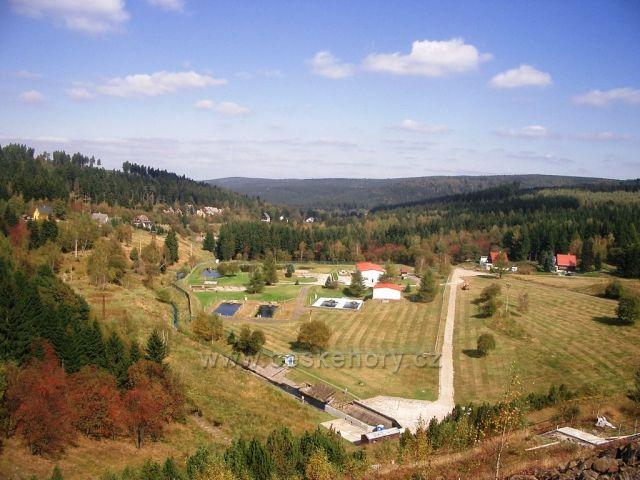 Pohled z přehradní hráze Přísečnické přehrady na Kr.Hamry