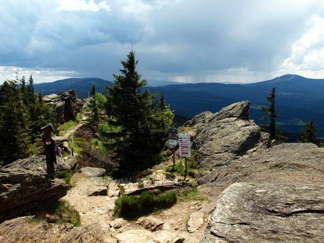 Šumava - vrchol Velkého Ostrého (Grosser Osser, 1293 m.n.m), pohled směrem na Jezerní horu, bouřkovými mraky zahalený Falkenstein a Velký Javor