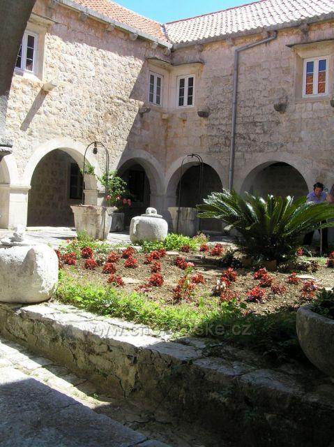 Uvnitř kláštera