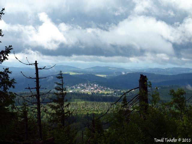 Šumava - vrchol Siebensteinkopf, pohled na Finsterau, při dobré viditelnosti jsou odtud krásně vidět Alpy.