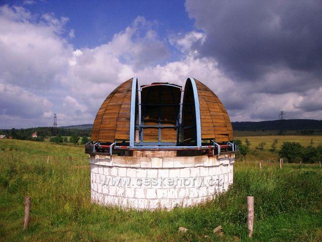 chátrající kopule hvězdárny na okraji Výsluní