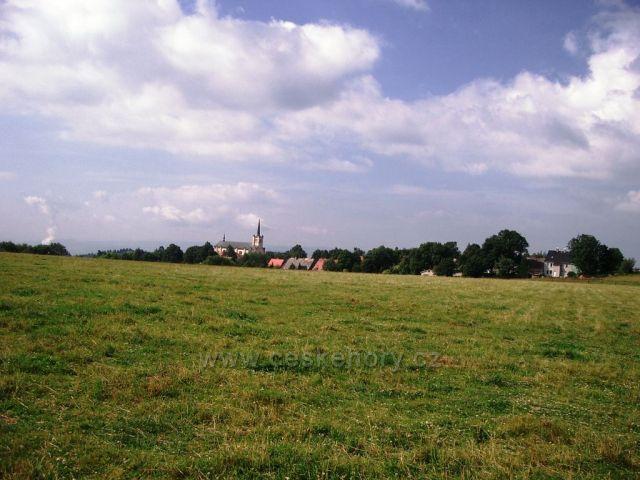 pohled na kostel a obec Výsluní