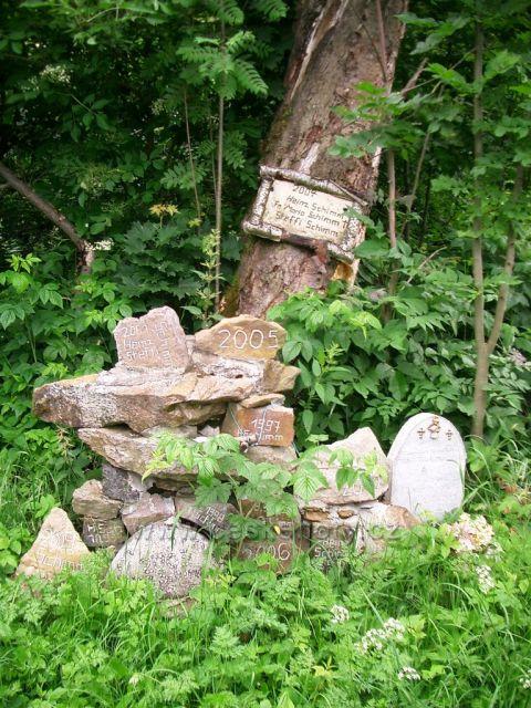tady stávaly domy  - Kotlina a Dolina - pomníčky