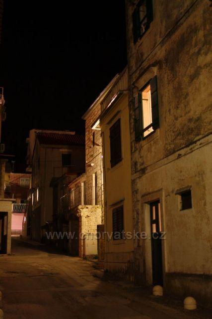 Noční opuštěná ulička v Bašce Vodě.