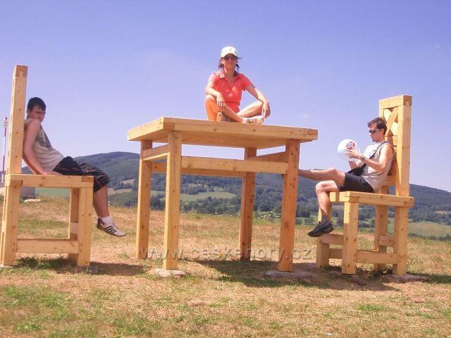 obří stůl a židle