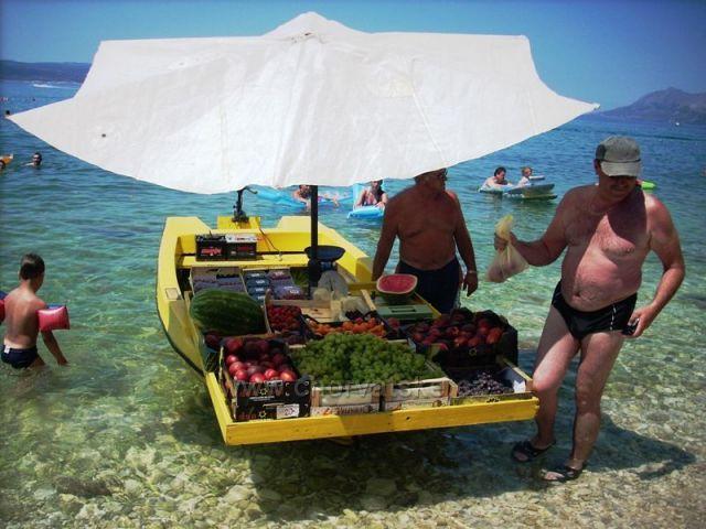 Čerstvé ovoce na pláži v Bašce Vodě