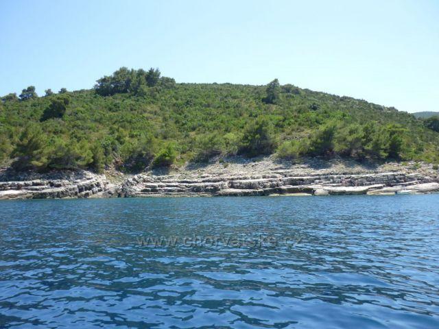 Krásné pobřeží ostrova Hvar.