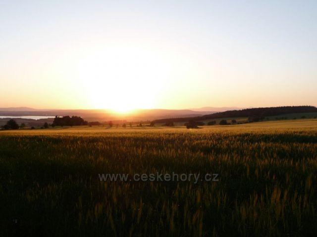 Výhled na Krkonoše při západu slunce