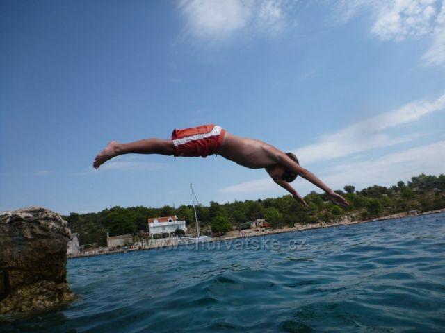 Dominik skáče hlavičku