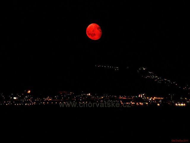 vycházející Měsíc nad Splitem - pohled z ostrova Čiovo