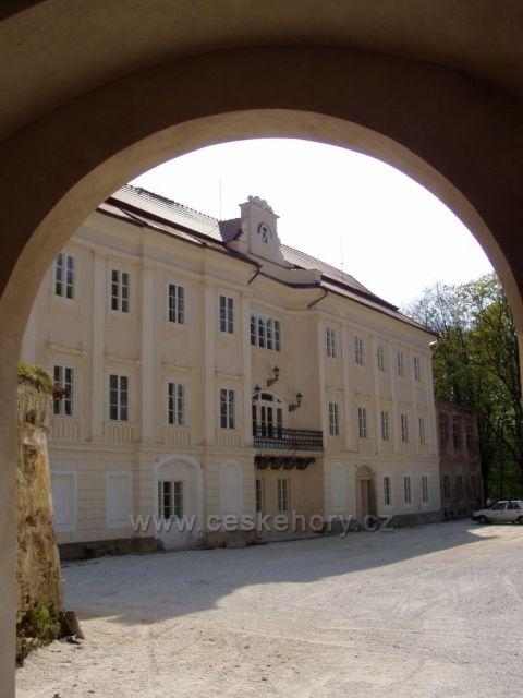 Zámek Bystřice nad Úhlavou pohled od vstupní brány