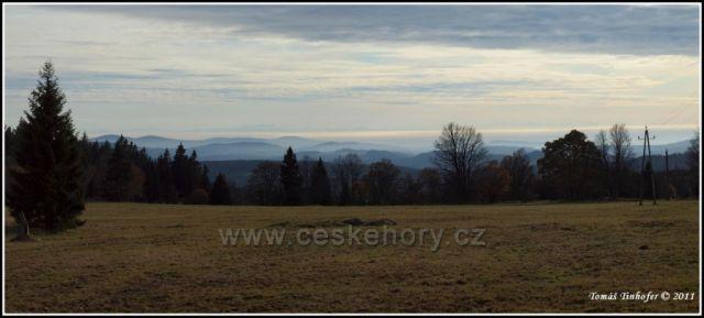 Šumava - panorama z Bučiny, na obzoru Alpy