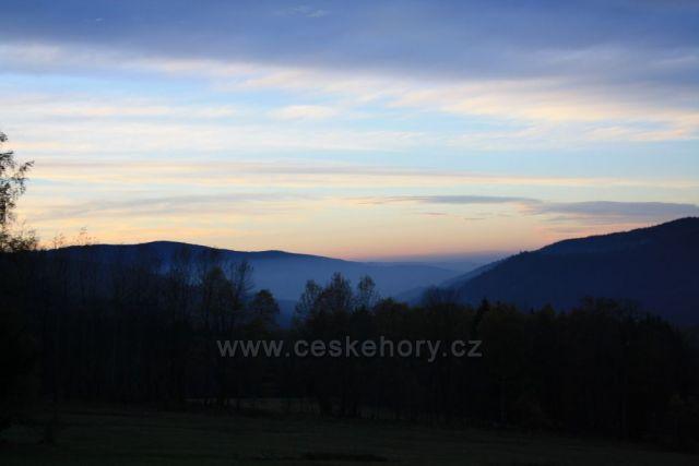 Západ slunce nad údolím řeky Úhlavy.