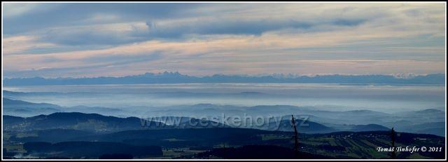 Šumava - panorama z vrcholu Luzný (1373 m.n.m.) - pohled na Alpy
