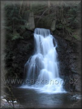 vodopád pod přehradou