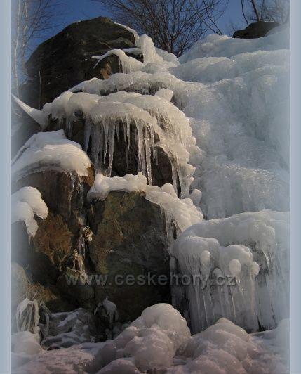 zamrzlý vodopád v lomu