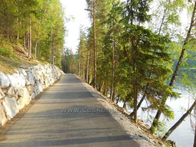 Frymburska cyklostezka podel jezera.