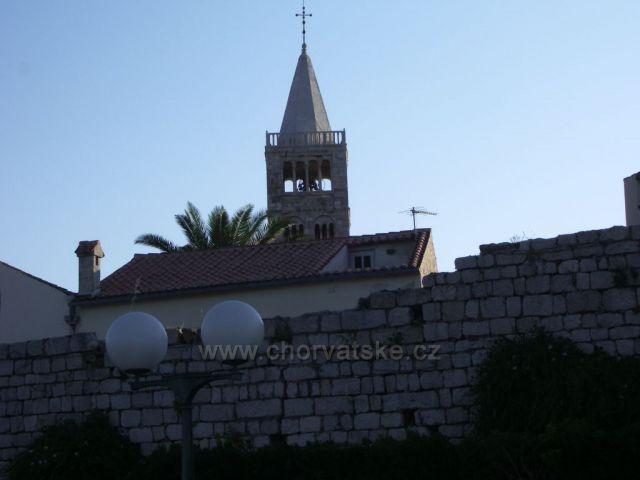 Jeden z krásnych kostolíkov v mestečku Rab