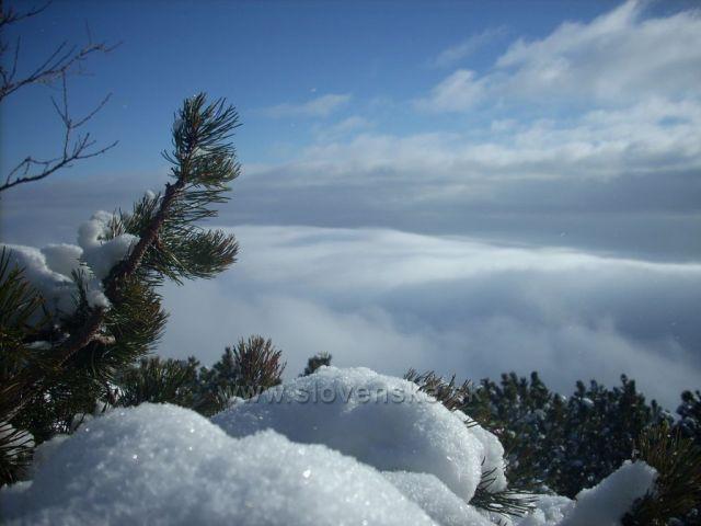 zimne zatisie s oblakmi