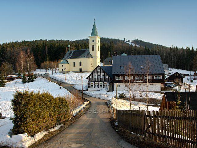 Kostel v Albrechticích v JH a na vršku rozhledna Tanvaldský Špičák.
