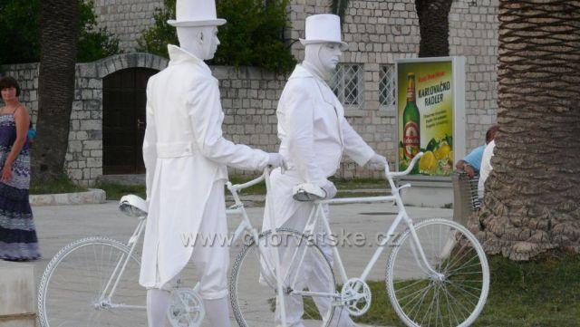 Lidské sochy v Trogiru