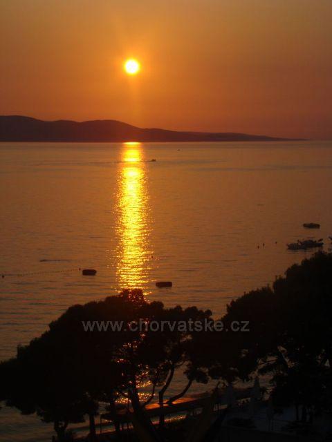 Malebný západ slunce v Makarské