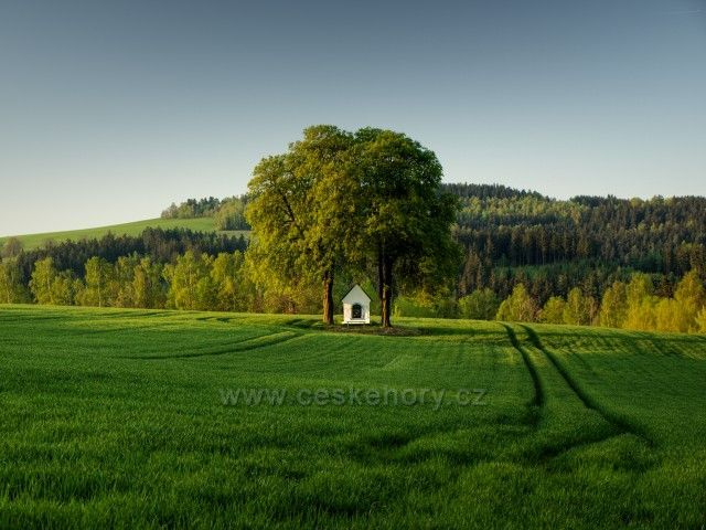 Kaplička v polích v Rádle u Liberce.