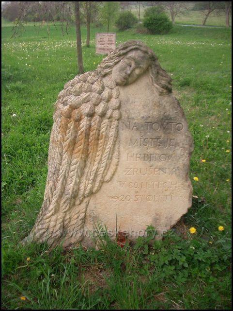 1 pamětní deska na bývalém hřbitově Úhošťany