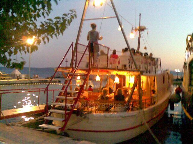Restaurace na lodi v Podgore