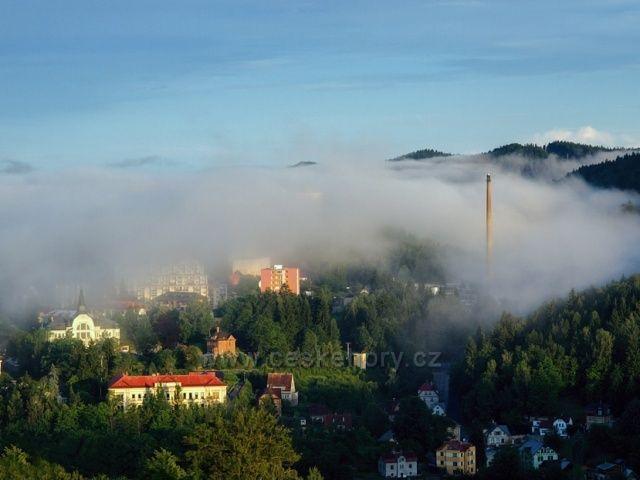 Pohled na Tanvald zahalený do mlhy.