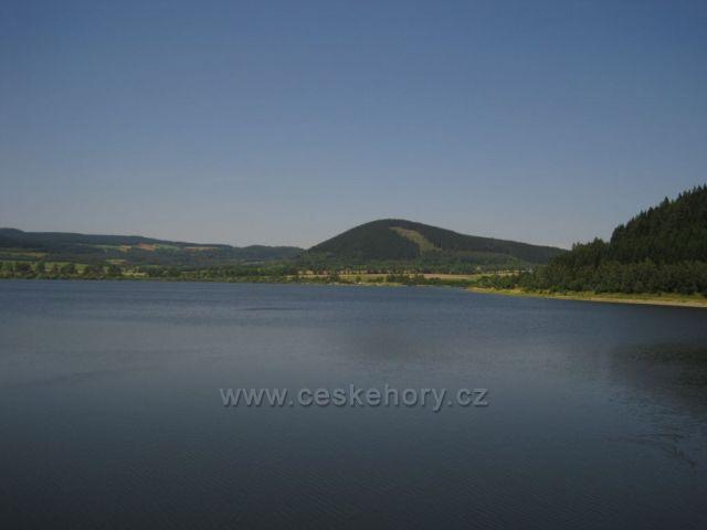 přehrada Bukowka v Polsku - pohled na Krkonoše