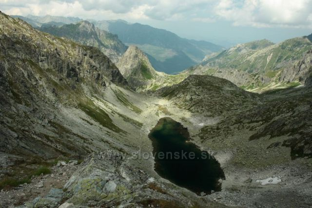 výhled z Východné Vysoké vzadu hřeben Orla Perč a dole Zamrzuté pleso a za ním Hrubá veža a Bielovodská dolina