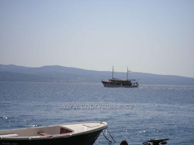 Loď mezi Nemirou a ostrovem Brač