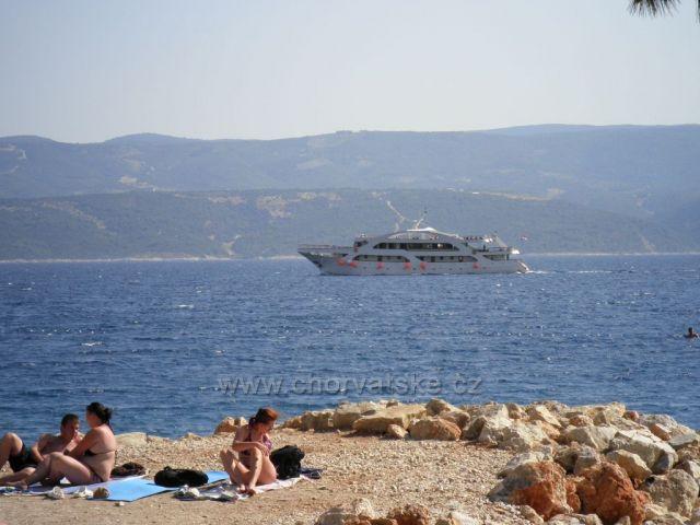 Další loď mezi Nemirou a ostrovem Brač