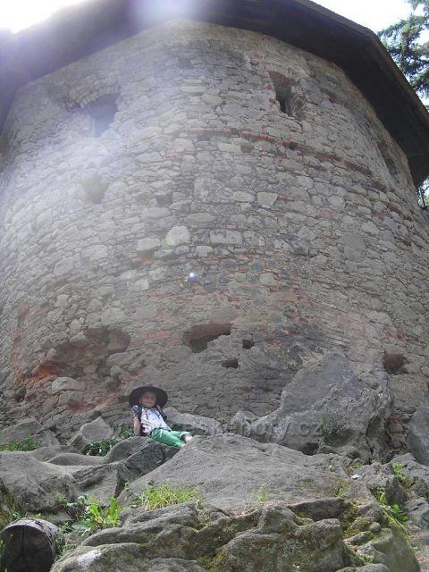 Klárka u věže hradu Cimburk