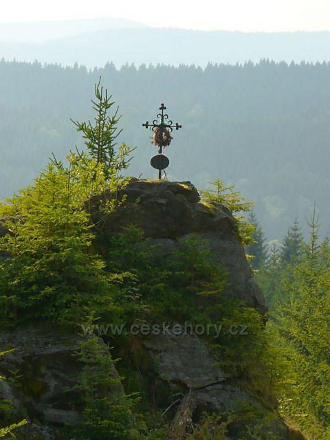 Křížek s výhledem poblíž pramenů Volyňky nad Borovými a Svinnými Ladami