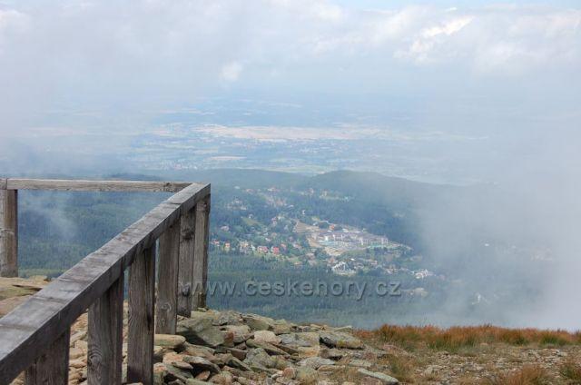 Pohled na polský Karpacz z vyhlídky na Obřím hřebenu