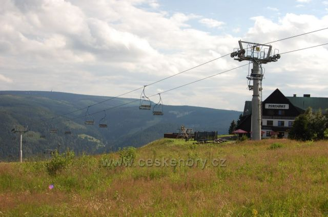 Horská chata Portášky, lanovka a pohled na Ještěd v dáli