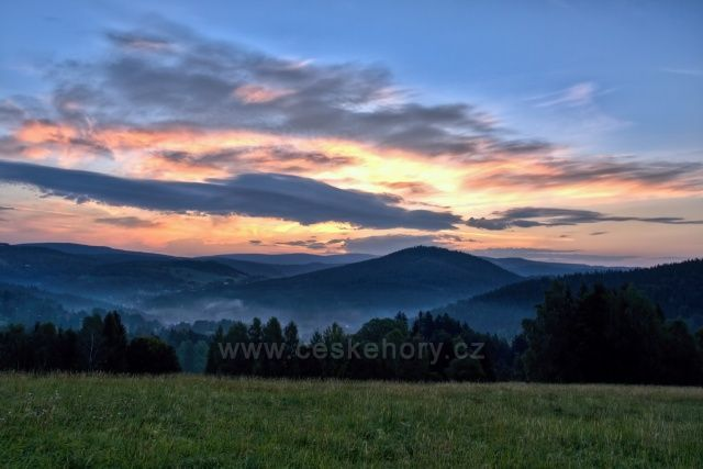 Východ slunce - pohled na Tanvaldský Špičák a v pozadí Krkonoše, dole v údolí Albrechtice.