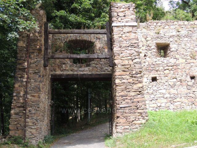 Hasištejn , vstupní brána zevnitř.
