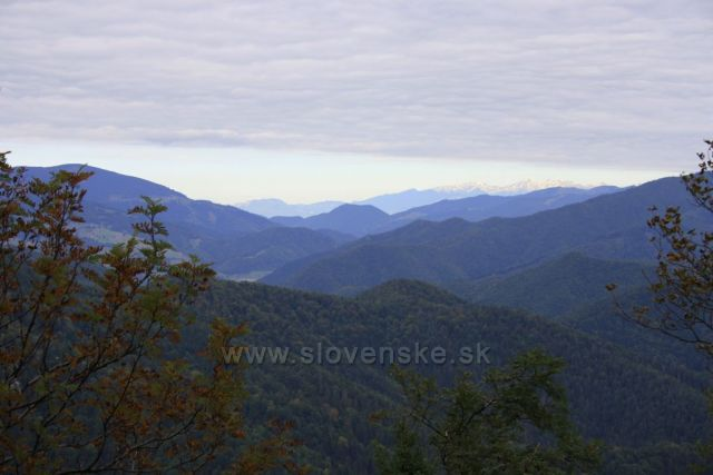 výhled na Západné Tatry při výstupu na Majerovu skalu ze Starých hor