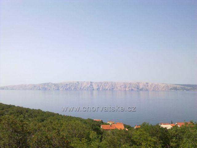 cesta podél pobřeží, pohled na ostrov Krk
