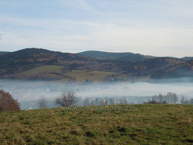 Kašperské Hory v mlhavém oparu