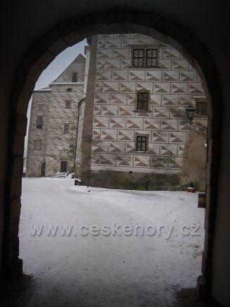 na zámku