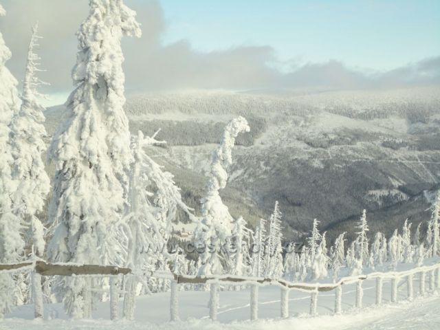 Pohled z medvědína na boudy