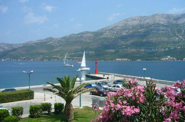 pohled z města Korčula na ostrov Pelješac