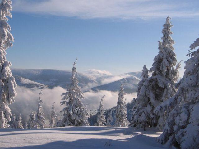 Výhlad z Krkonoše na Sněžku.